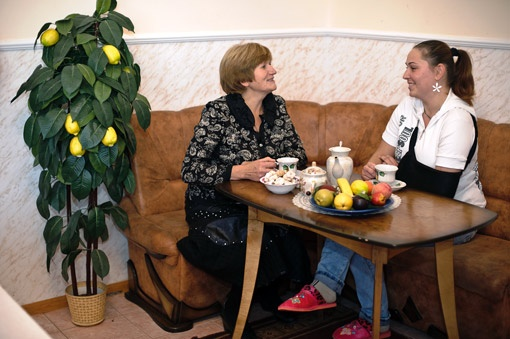 С социальным педагогом Валентиной Визнюк жительница общежития Катя говорит обо всем.