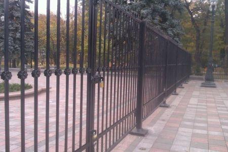 Депутатов и благодарный народ снова разделяет забор