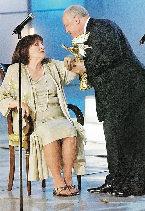 Москва, Дом кино. 9 июля 2008 г. Посол России в Украине Виктор Черномырдин вручает