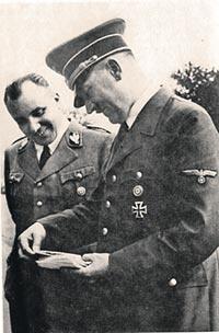 В работе на советскую разведку подозревали не только Мартина Бормана - правую руку фюрера (на фото он как раз справа от Гитлера)...