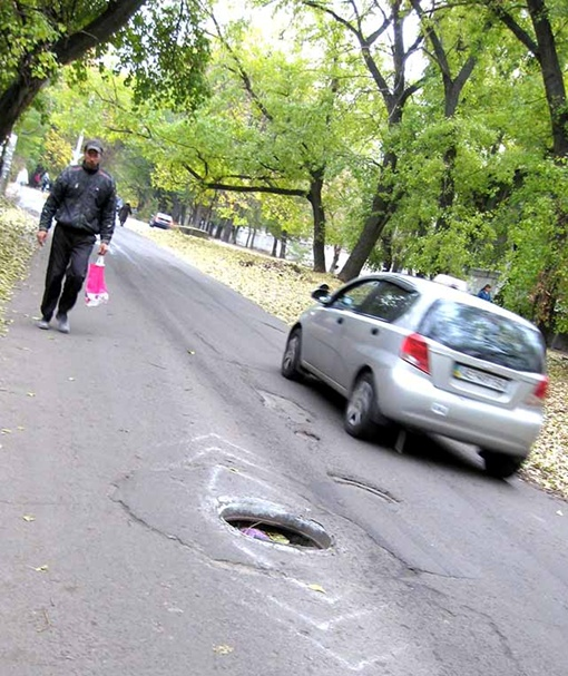 На месте люков по всему городу зияют дыры.