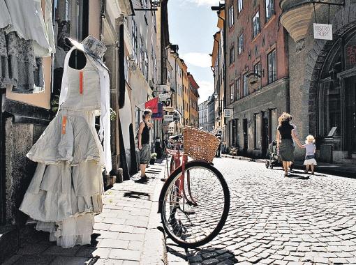 Вместо свадебных платьев и приятной жизни в Скандинавии Полину (на фото справа) ждали аресты и унижения.
