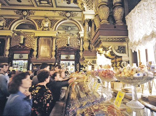 Этот снимок сделан в гастрономе № 1 в 1987 году - после расстрела Соколова. Магазин был уже не тот: хороших продуктов все меньше, зато появились очереди и продавцы научились хамить. Фото РИА