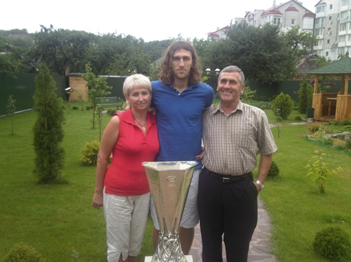 C мамой Ольгой и отцом Анатолием дома в Изяславле Хмельницкой области. Фото предоставлено пресс-службой Дмитрия ЧИГРИНСКОГО.