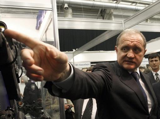 Министр МВД Анатолий Могилев считает, что на руках у украинцев слишком много оружия.