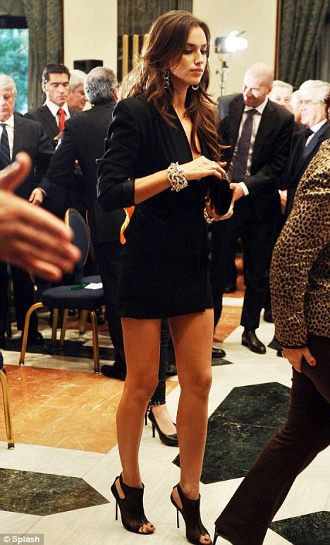 Ира выглядела сногсшибательно в черном мини-платье с массивными украшениями. Фото: Splash.