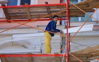 Над восстановлением 20 одесских фасадов трудится больше 300 штукатуров, маляров и других специалистов.
