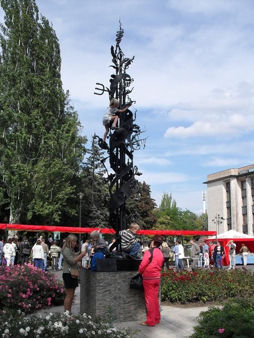 Трехметровый кузнец будет установлен под окнами мэрии.