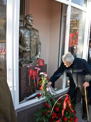 Чтобы избежать неприятных инцидентов, запорожского Сталина поместили в витрину.  Фото Павла ВЕСЕЛКОВА.