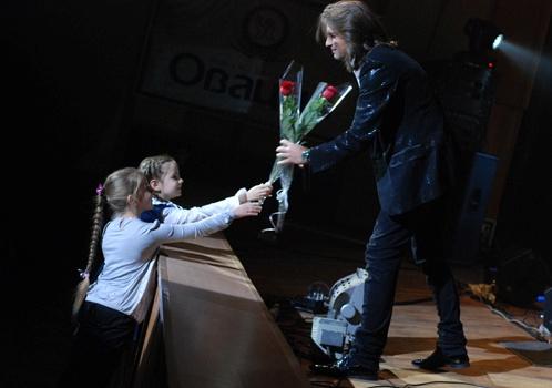 Не обошлось и без подарков от юных ижевчан. Фото: Андрей ПОПОВ.