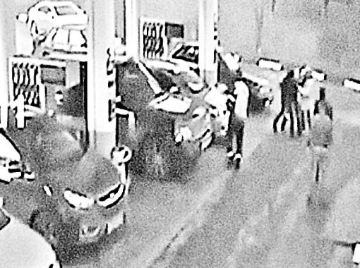 Певец и его обидчик подали заявления в полицию. На фото: камера наблюдения зафиксировала их стычку.