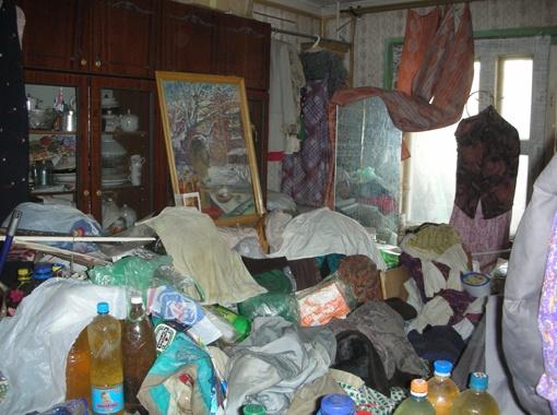 Еще недавно хозяйка этой квартиры-помойки работала учительницей рисования в школе. Фото Инны КУНИЦКОЙ.