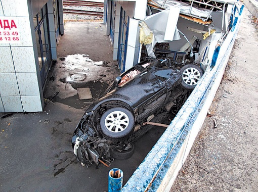 Машина проломила сторожку охранников, когда там отдыхали два человека.