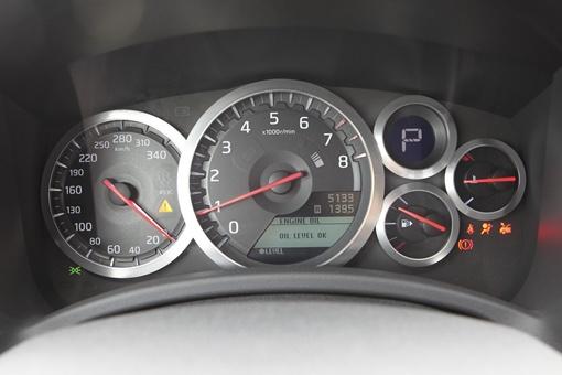 В приборной панели появился новый синий тахометр и индикатор переключения передач.