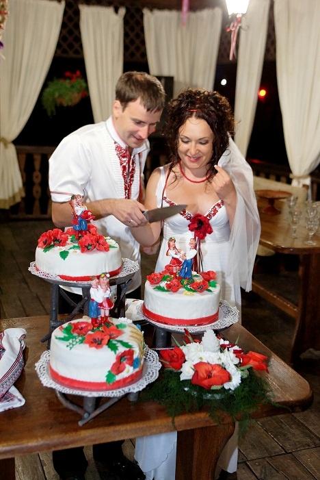 У Тани и Саши даже торт был в украинском стиле. Фото из личных архивов молодоженов.