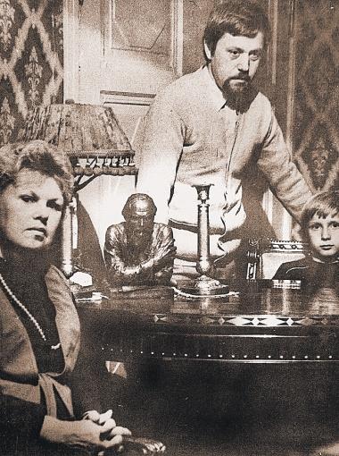 Дмитрий Достоевский хранит традиции славного рода. На фото он с сестрой и сыном. Фото из семейного архива.