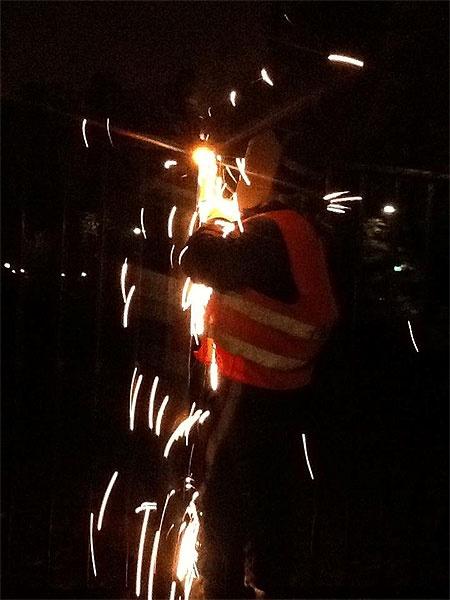 Забор сваривают даже ночью. Фото из Facebook Натальи Королевской