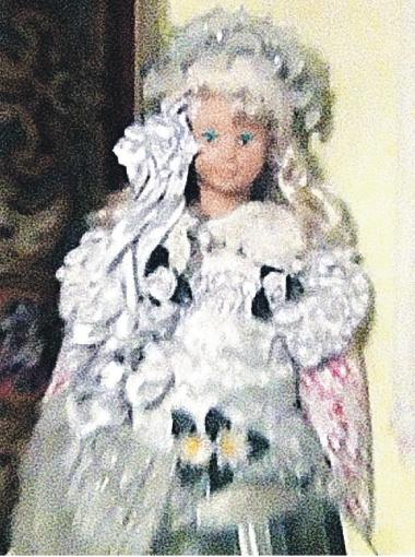 Родные двухлетней Маши узнали на кукле наряд девочки, использованный для изготовления мумии. Фото Алексея РЯЗАНЦЕВА.