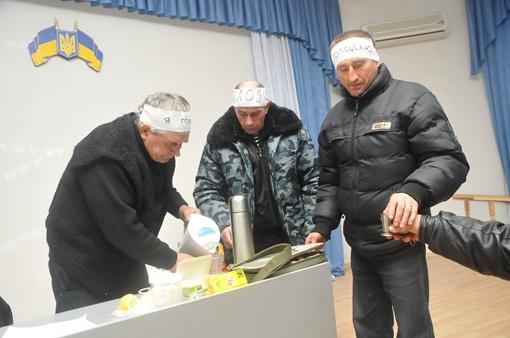 Голодающие согреваются чаем. Фото