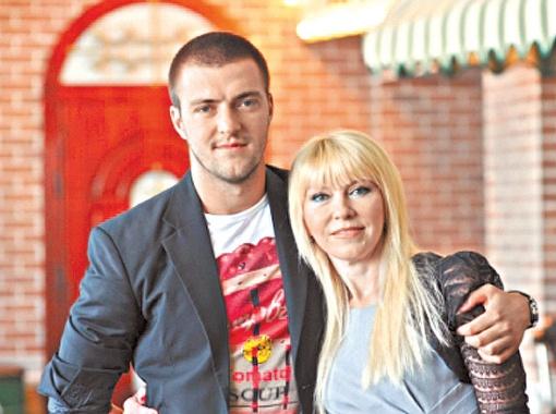 Мама 26-летнего Романа Коваля сама похожа на невесту.