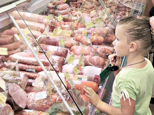 Чтобы увеличить вес колбасы, ее накачивают жидкостью.