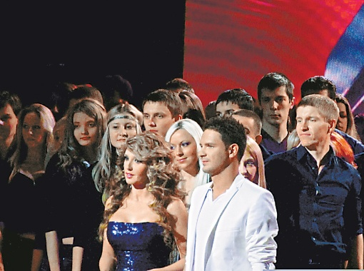 Виктор (на первом плане в белом) и 200 человек его массовки.