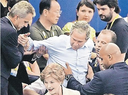 Жена Лора (на переднем плане) верила в Буша, несмотря на все его выходки. И он сумел бросить. Фото nailingjello.worldpress.com