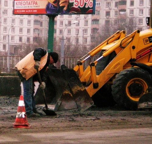 Ремонтники работали в 2008-2009 годах, месяцами не получая зарплату. Может, оттого и качество такое?