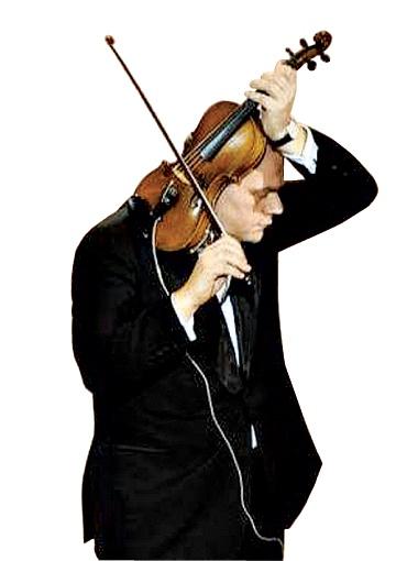 Михаил Кулиняк удивил народ виртуозным обращением с инструментом.