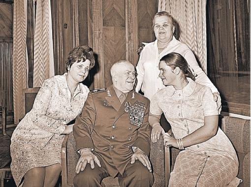 1972 год. Георгий Жуков с женой Галиной (слева) и дочерью Машей у себя на даче.