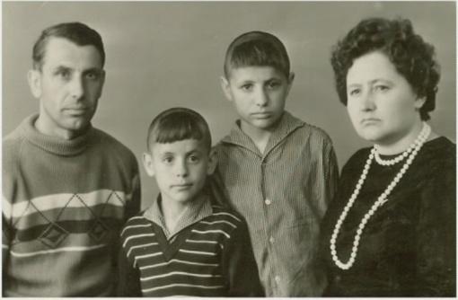Маленький Володя с родителями и младшим братом. Фото из личного архива В. Константинова.