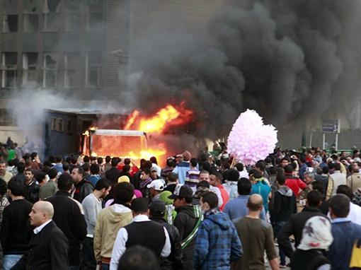 Протестующие пытаются прорваться к зданию МВД