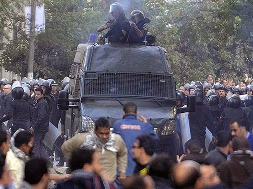 Демонстранты закидывают стражей порядка камнями, полиция отвечает слезоточивым газом