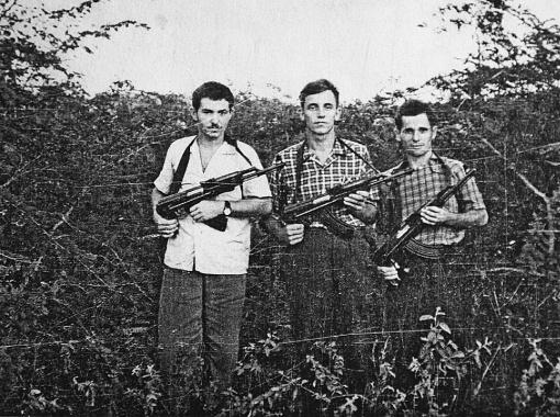 Советские солдаты по Острову свободы ходили в штатском, но с автоматами (в центре - связист Панченко).