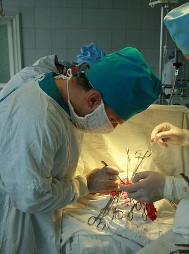 Называл себя нейрохирургом, профессором и доктором медицинских наук и брался за самые сложные операции.