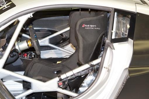 R8 LMS Ultra получил более широкий передний капот.