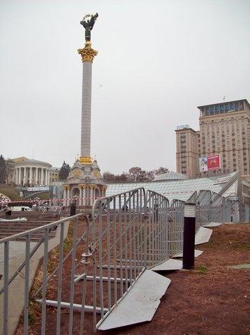 Место, где будет стоять елка, оградили. Фото: ЖЖ kiyevskiy-drug