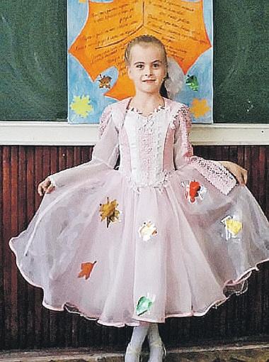 Маленькая Настя тоже мечтает стать мисс города.