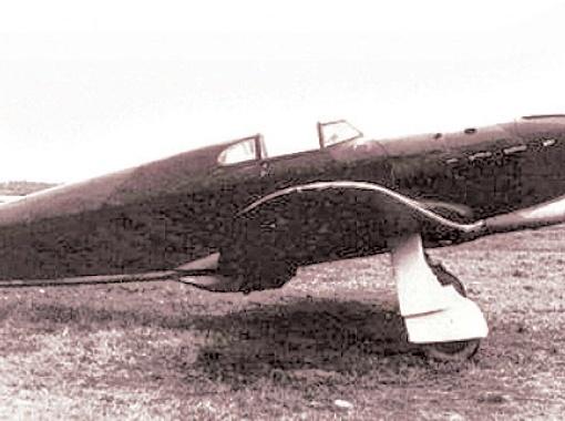 В архивных материалах говорится, что этим Як-1 управлял младший лейтенант Маркитанов. 9 ноября 1941 года его самолет упал в море из-за отказа двигателя. Летчику удалось выбраться из машины, и его подобрал советский торпедный катер.