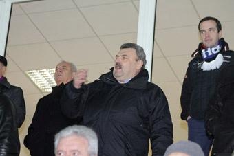 Председатель облсовета Николай Пундик периодически размахивал атрибутикой с эмблемой