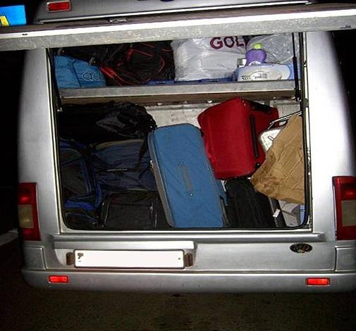 В результате осмотра автомобиля обнаружили в багажном отделении 10 упаковок водки ELZIN