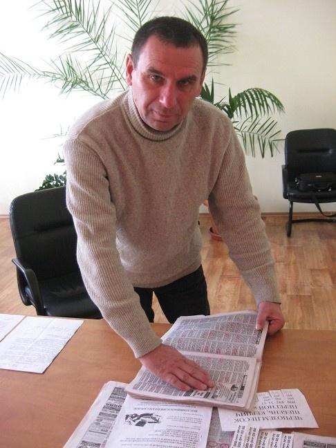 Активист Павел Нетеса ежемесячно насчитывает в газетах сотни объявлений о продаже народного достояния.Фото автора.
