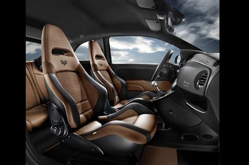 Двухцветной натуральной кожей и алькантарой обиты ковшеобразные сидения и салон Competizione, его дверные панели и обод рулевого колеса