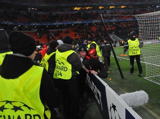 В конце матча не обошлось без ЧП, когда на поле пытались прорваться болельщики, но были неласково встречены.