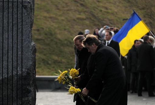 Экс-президенты Виктор Ющенко и Леонид Кучма вместе возложили цветы к памятнику