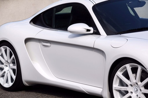 Колесные арки, выкрашенные в цвет кузова, украшают многоспицевые колеса, а сзади расположены четыре патрубка выхлопной системы. ФОТО: avtomaniya.com