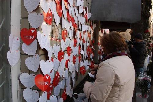 Стены Лукьяновского следственного изолятора обклеили маленькими красными сердцами