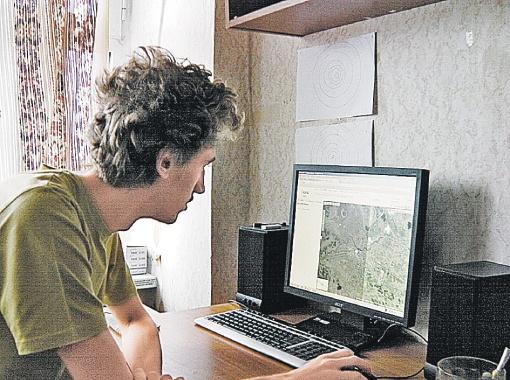 Костя Солдатов показывает их путь с Игорем, прокладывая его в Интернете.