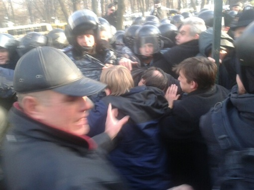 Фото с места событий с сайта olarhat.livejournal.com