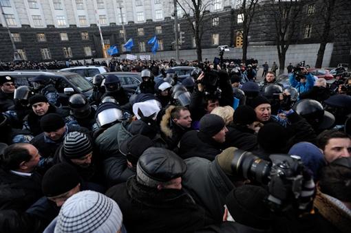 Митингующие направились к Азарову. Фото с сайта ТСН